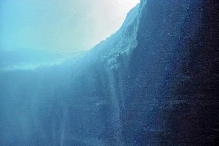 Khi lặn xuống độ sâu khoảng 20 mét, bề rộng của hố sẽ tăng và đường kính của nó lên đến 100 mét.